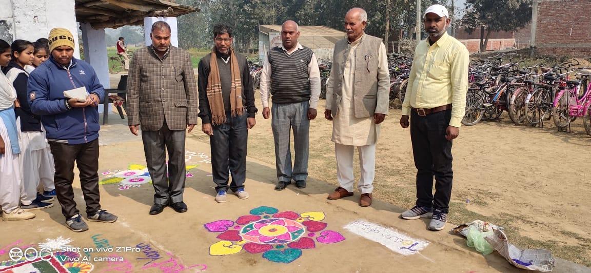 Maharajganj: दयादीन प्रसाद जोखनी देवी स्कूल के प्रांगण में आयोजित हुआ रंगोली प्रतियोगिता।